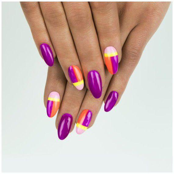 Violet nails in color blocking